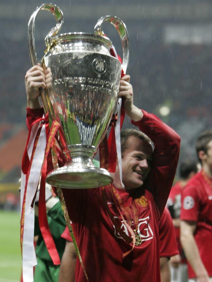Manchester United's Wayne Rooney holds u