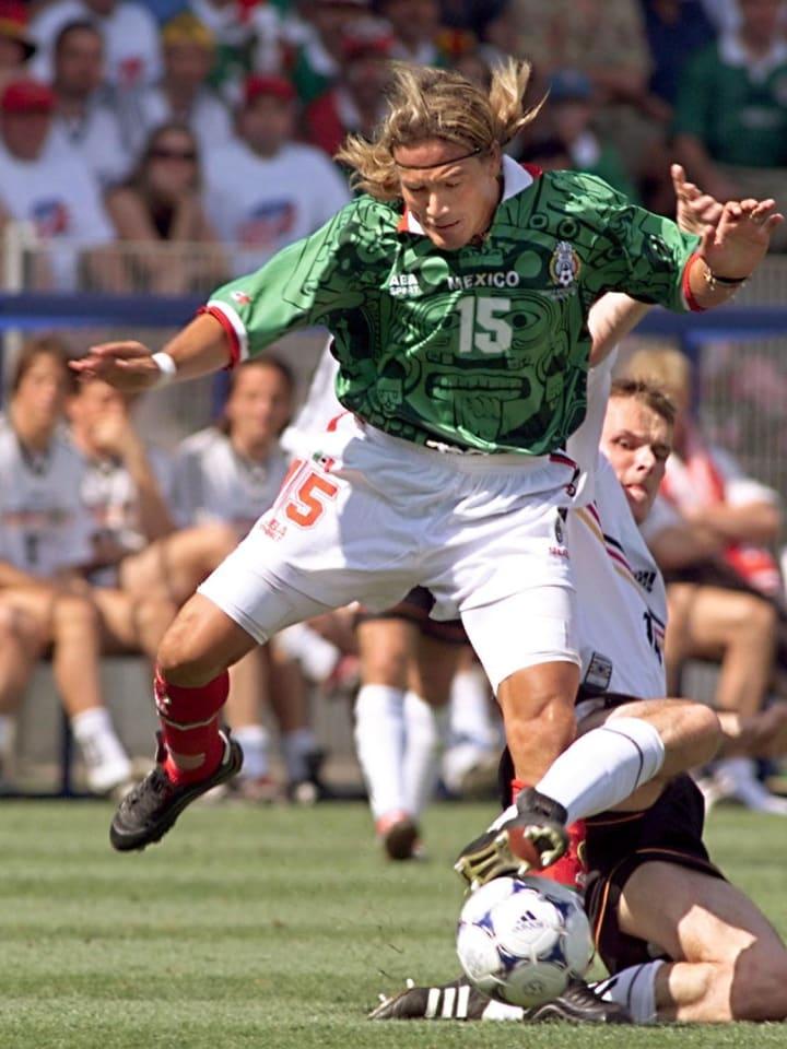 Luis Hernandez enfrentando a Alemania en el Mundial de Francia 1998