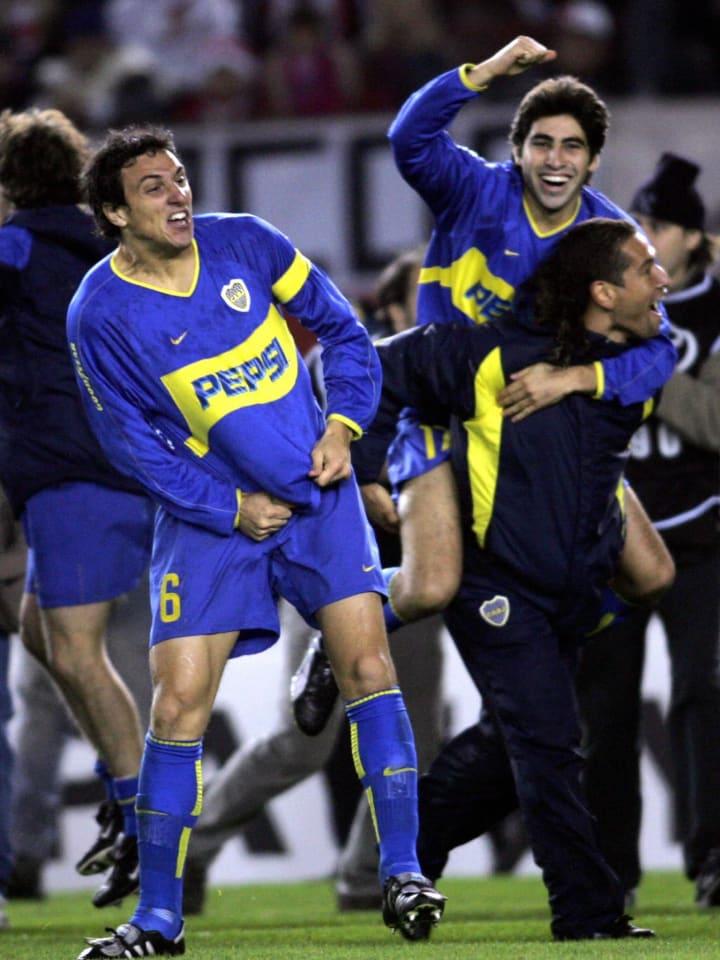 Nicolás Burdisso festejando la clasificación a la final de la Copa Libertadores 2004, al vencer a River por penales en el Monumental.