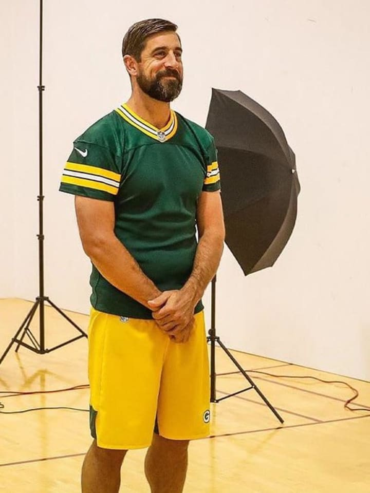 Aaron Rodgers rocking a dad bod at the Green Bay Packers' photo day.