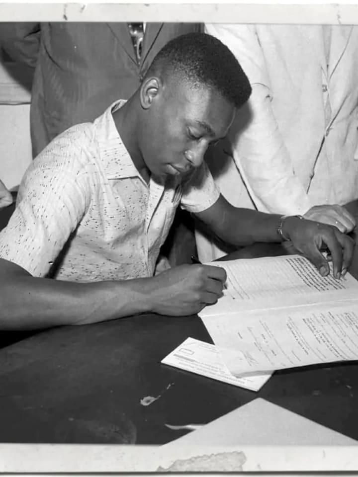 Pelé assinando contrato Santos