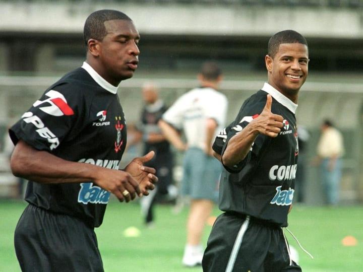 Corinthians' players Marcelinho Carioca (R) and Gi