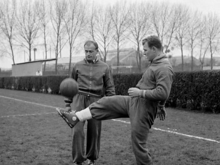 Hungarian-born forward Laszlo Kubala (R) juggles w