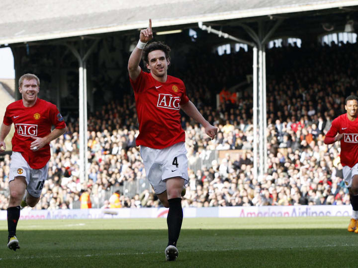 Manchester United's Owen Hargreaves (C)
