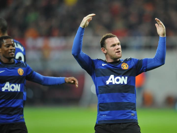 Wayne Rooney (R) of Manchester United ce