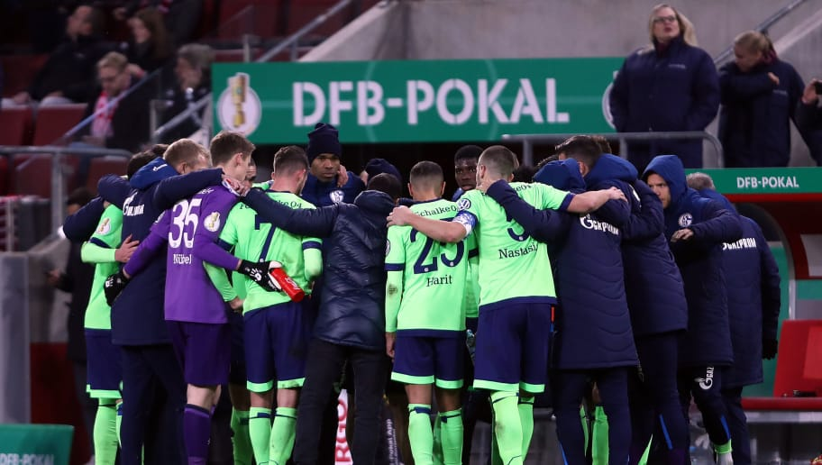 COLOGNE, GERMANY - OCTOBER 31: The FC Schalke 04 players huddle prior to extra time during the DFB Cup match between 1. FC Koeln and FC Schalke 04 at RheinEnergieStadion on October 31, 2018 in Cologne, Germany. (Photo by Alex Grimm/Bongarts/Getty Images)