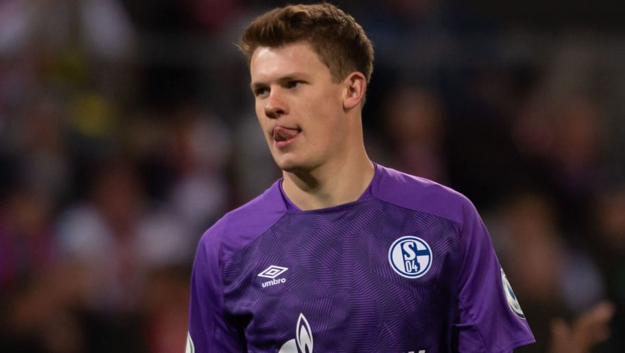 COLOGNE, GERMANY - OCTOBER 31: Goalkeeper Alexander Nuebel of FC Schalke looks on during the DFB Cup match between 1. FC Koeln and FC Schalke 04 at RheinEnergieStadion on October 31, 2018 in Cologne, Germany. (Photo by TF-Images/Getty Images)