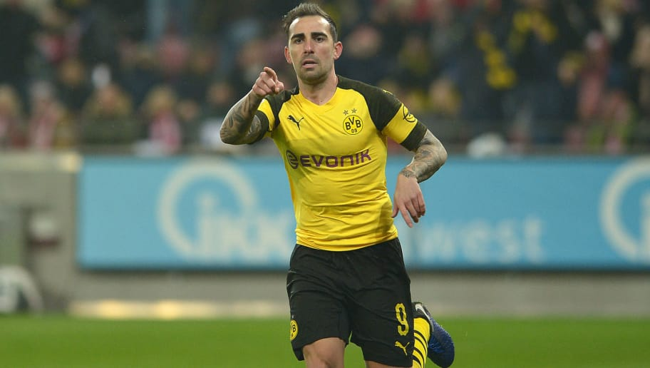 MAINZ, GERMANY - NOVEMBER 24: Paco Alcacer of Borussia Dortmund celebrates after scoring his team`s first goal with team mates during the Bundesliga match between 1. FSV Mainz 05 and Borussia Dortmund at Opel Arena on November 24, 2018 in Mainz, Germany. (Photo by TF-Images/Getty Images)