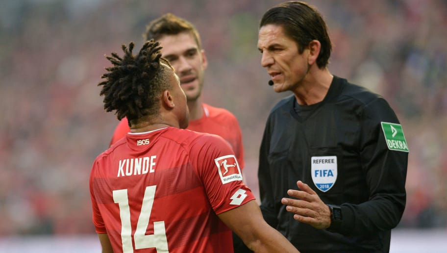MAINZ, GERMANY - NOVEMBER 24: Pierre Kunde Malong of Mainz speak with Referee Deniz Aytekin during the Bundesliga match between 1. FSV Mainz 05 and Borussia Dortmund at Opel Arena on November 24, 2018 in Mainz, Germany. (Photo by TF-Images/Getty Images)