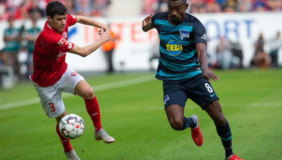 MAINZ, GERMANY - OCTOBER 06: Aaron Martin of Mainz (L) and Salomon Armand Kalou of Berlin battle for the ball during the Bundesliga match between 1. FSV Mainz 05 and Hertha BSC at Opel Arena on October 6, 2018 in Mainz, Germany. (Photo by Juergen Schwarz/Bongarts/Getty Images)