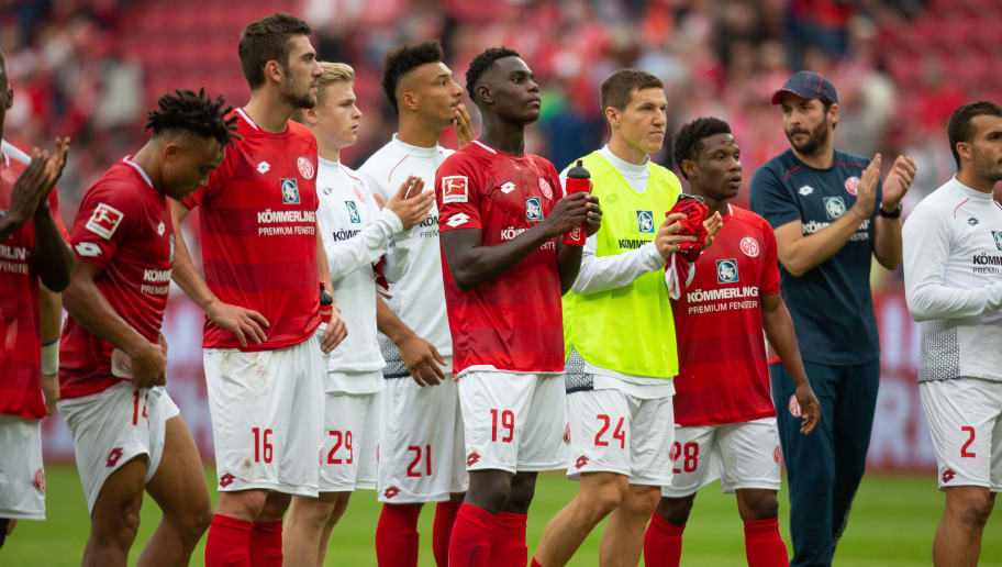 MAINZ, GERMANY - OCTOBER 06: Team of Mainz with Manager Sandro Schwarz (R) applauds after the Bundesliga match between 1. FSV Mainz 05 and Hertha BSC at Opel Arena on October 6, 2018 in Mainz, Germany. (Photo by Juergen Schwarz/Bongarts/Getty Images)