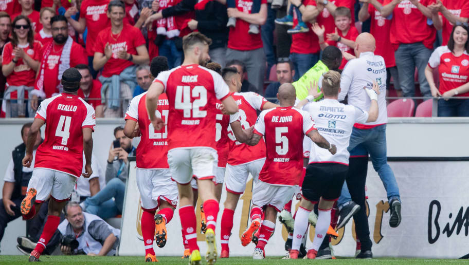 MAINZ, GERMANY - APRIL 29: Team mates of Mainz celebrate their third goal during the Bundesliga match between 1. FSV Mainz 05 and RB Leipzig at Opel Arena on April 28, 2018 in Mainz, Germany. (Photo by Simon Hofmann/Bongarts/Getty Images)