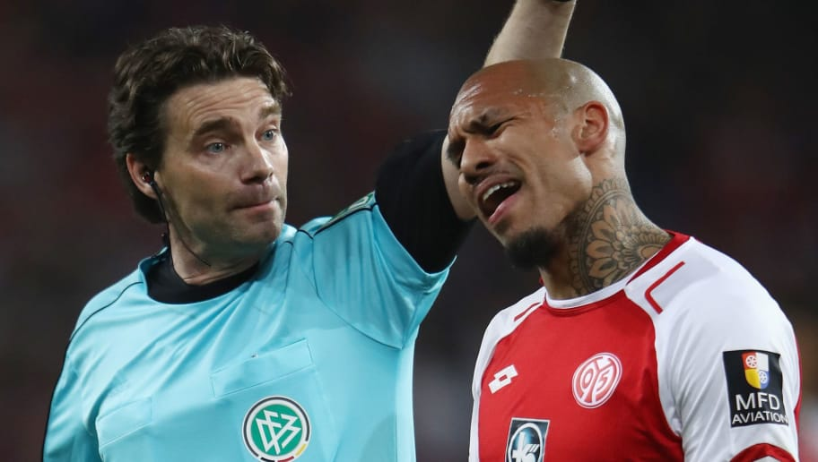 MAINZ, GERMANY - APRIL 16:  Referee Guido Winkmann discusses with Nigel de Jong of Mainz during the Bundesliga match between 1. FSV Mainz 05 and Sport-Club Freiburg at Opel Arena on April 16, 2018 in Mainz, Germany.  (Photo by Alex Grimm/Bongarts/Getty Images)