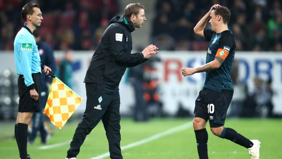 MAINZ, GERMANY - NOVEMBER 04:  Florian Kohfeldt, Manager of Werder Bremen gives instructions to Max Kruse of Werder Bremen during the Bundesliga match between 1. FSV Mainz 05 and SV Werder Bremen at Opel Arena on November 4, 2018 in Mainz, Germany.  (Photo by Alex Grimm/Bongarts/Getty Images)