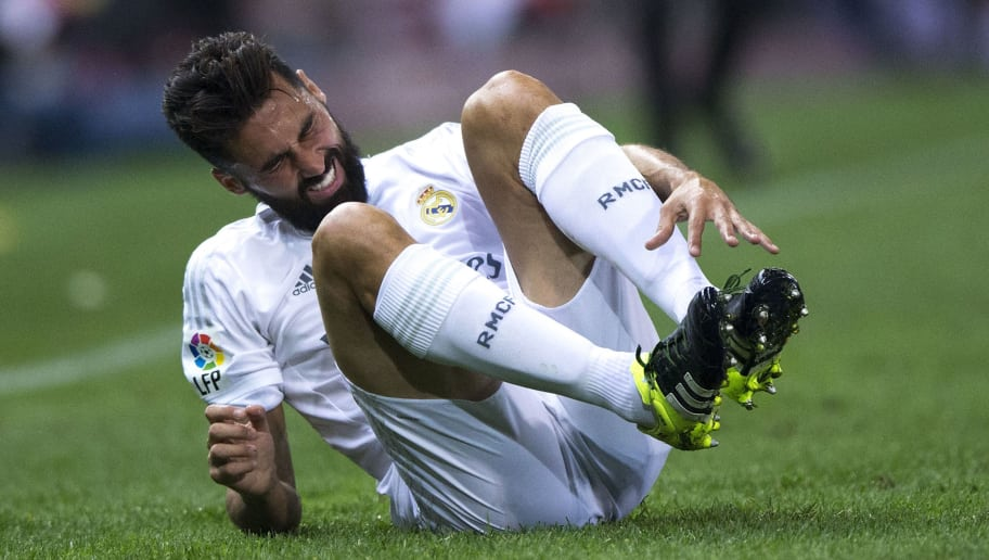 MADRID, SPAIN - OCTOBER 04: Alvaro Arbeloa of Real Madrid CF grimmaces in pain during the La Liga match between Club Atletico de Madrid and Real Madrid CF at Vicente Calderon Stadium on October 4, 2015 in Madrid, Spain.  (Photo by Gonzalo Arroyo Moreno/Getty Images)