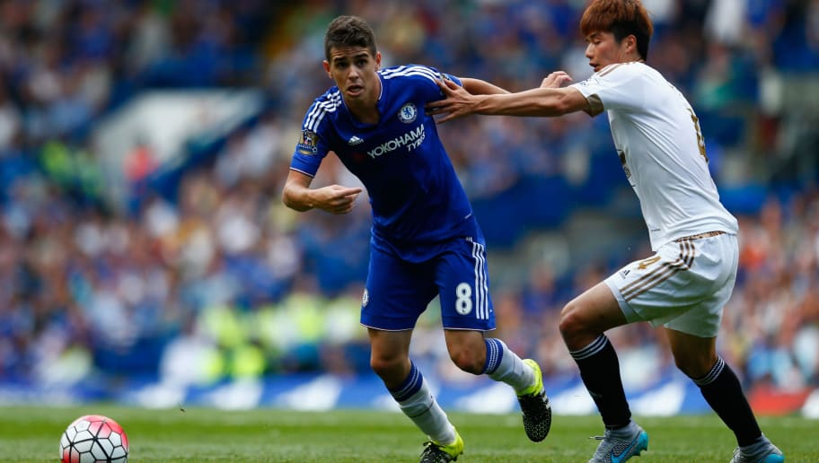 LONDON, ENGLAND - AUGUST 08: Oscar of Chelsea and Ki Sung-Yeung of Swansea City compete for the ball during the Barclays Premier League match between Chelsea and Swansea City at Stamford Bridge on August 8, 2015 in London, England.  (Photo by Julian Finney/Getty Images)