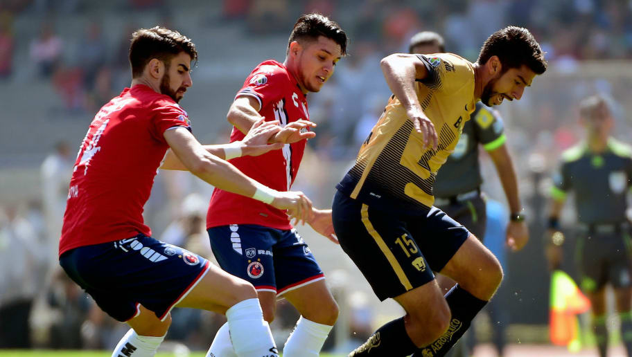 Eduardo Herrera (R) of Pumas is challenged by Jesus Paganoni (C) and Victor Perales of Veracruz during their Mexican Apertura football tournament quarterfinal match at the Olimpico Universitario stadium in Mexico City on November 29, 2015.  AFP PHOTO / ALFREDO ESTRELLA / AFP / ALFREDO ESTRELLA        (Photo credit should read ALFREDO ESTRELLA/AFP/Getty Images)