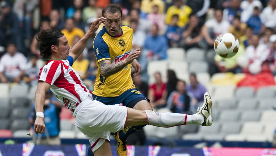 Matias Vuoso (R) of America vies for the ball with Pablo Quattocchi (L) of Necaxa, during their 2010 Mexican Apertura Tournament football match, on August 29, 2010 in Mexico City.  AFP PHOTO/Ronaldo Schemidt (Photo credit should read Ronaldo Schemidt/AFP/Getty Images)