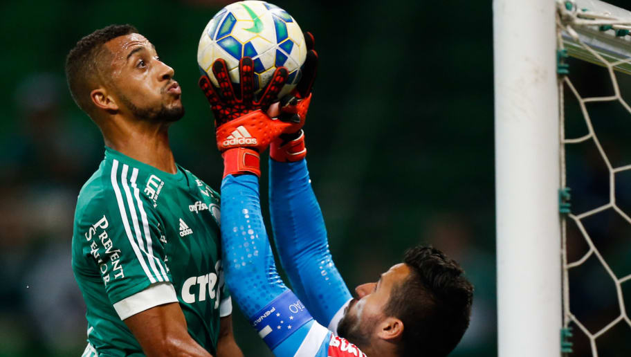 SAO PAULO, BRAZIL - NOVEMBER 21: Vitor Hugo (L) of Palmeiras and Vitor of Cruzeiro in action during the match between Palmeiras and Cruzeiro for the Brazilian Series A 2015 at Allianz Parque stadium on November 21 , 2015 in Sao Paulo, Brazil. (Photo by Alexandre Schneider/Getty Images)