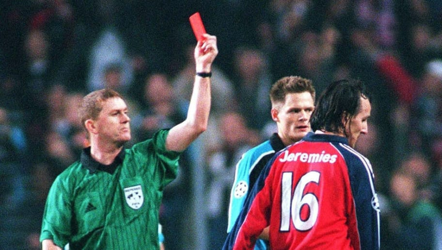 EINDHOVEN, NETHERLANDS - OCTOBER 26:  CHAMPIONS LEAGUE 99/00 Eindhoven; PSV EINDHOVEN - FC BAYERN MUENCHEN 2:1; Schiedsrichter Paul Anthony DURKIN/ENG zeigt; Jens JEREMIES/Bayern die ROTE KARTE  (Photo by Martin Rose/Bongarts/Getty Images)