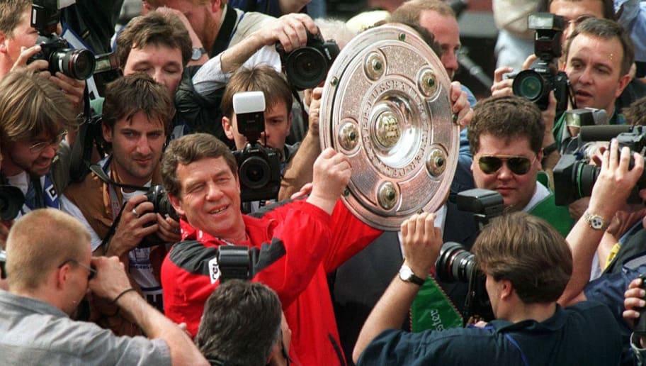 HAMBURG, GERMANY - MAY 09:  1. BUNDESLIGA 97/98 HAMBURGER SV - 1. FC KAISERSLAUTERN; KAISERLAUTERN DEUTSCHER MEISTER 1998; OTTO REHHAGEL mit der MEISTERSCHALE  (Photo by Bongarts/Getty Images)