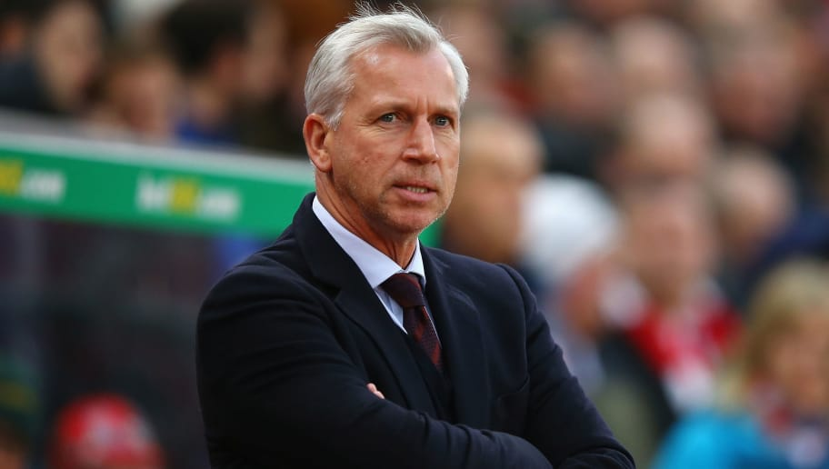 STOKE ON TRENT, ENGLAND - DECEMBER 19:  Alan Pardew Manager of Crystal Palace looks on prior to the Barclays Premier League match between Stoke City and Crystal Palace at the Britannia Stadium on December 19, 2015 in Stoke on Trent, England.  (Photo by Richard Heathcote/Getty Images)