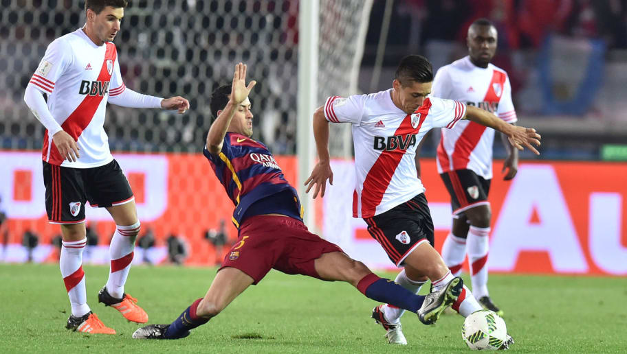YOKOHAMA, JAPAN - DECEMBER 20:  Matias Kranevitter of River Plate (R) and Sergio Busquets of FC Barcelona (L) compete for the ball during the final match between River Plate and FC Barcelona at International Stadium Yokohama on December 20, 2015 in Yokohama, Japan.  (Photo by Atsushi Tomura/Getty Images)