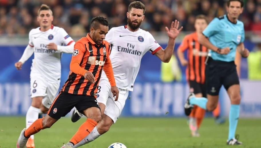 96d6ad5ffa Shakhtar Donetsk s Brazilian midfielder Alex Teixeira (L) vies with Paris  Saint-Germain s Italian