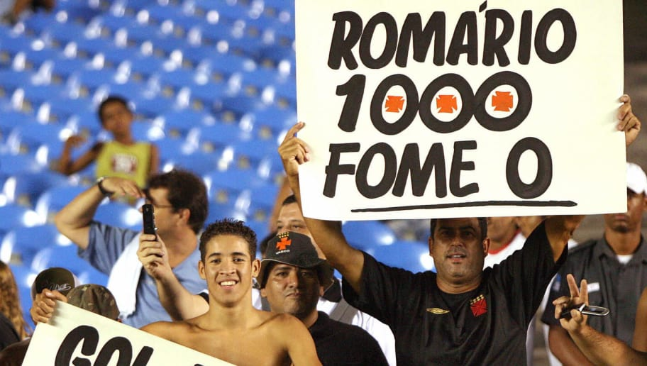Rio de Janeiro, BRAZIL: Supporters of Brazilian footballer Romario hold up a placards to cheer him on as he tries to scores the team's  '1,000th goal', 04 April 2007, against football team Gama in a match valid for the Brazilian championship in Rio de Janeiro.  Gama won 2-1.   AFP  PHOTO /ANTONIO SCORZA (Photo credit should read ANTONIO SCORZA/AFP/Getty Images)