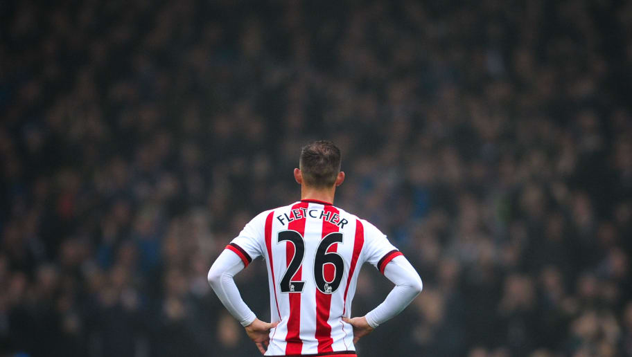 LIVERPOOL, ENGLAND - NOVEMBER 01:  Steven Fletcher of Sunderland looks dejected as Everton scores during the Barclays Premier League match between Everton and Sunderland at Goodison Park on November 1, 2015 in Liverpool, England.  (Photo by David Ramos/Getty Images)