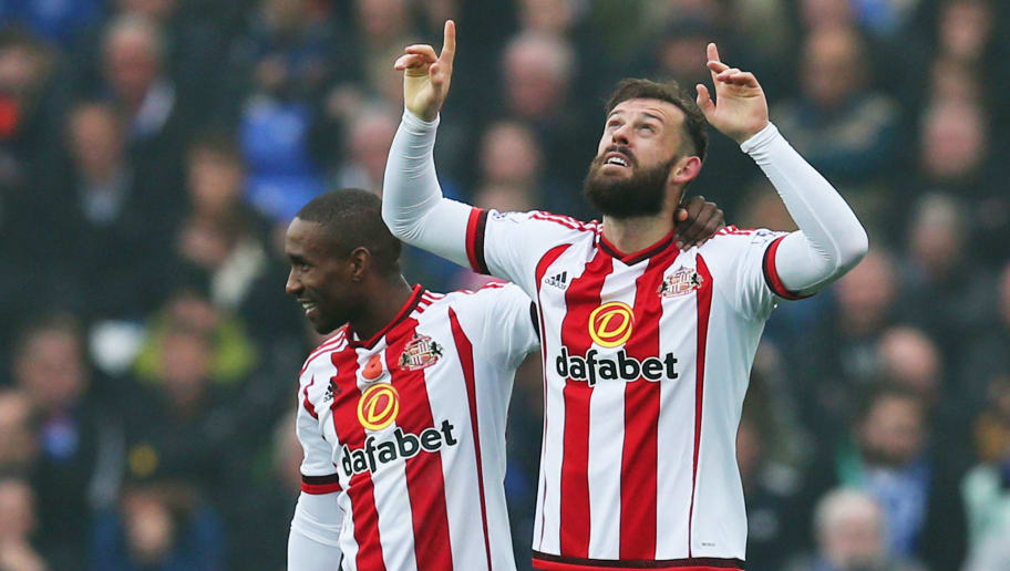 LIVERPOOL, ENGLAND - NOVEMBER 01:  Steven Fletcher of Sunderland (26) celebrates with Jermain Defoe as he scores their second goal during the Barclays Premier League match between Everton and Sunderland at Goodison Park on November 1, 2015 in Liverpool, England.  (Photo by Chris Brunskill/Getty Images)