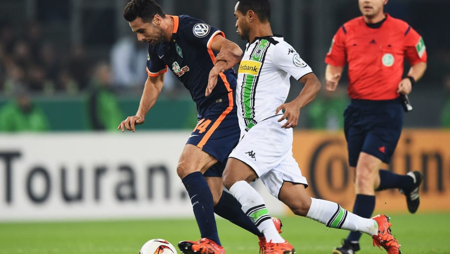 MOENCHENGLADBACH, GERMANY - DECEMBER 15:  Claudio Pizarro of Bremen is challenged by Raffael of Gladbach during the DFB Pokal match between Borussia Moenchengladbach and Werder Bremen at Borussia-Park on December 15, 2015 in Moenchengladbach, Germany.  (Photo by Stuart Franklin/Bongarts/Getty Images)