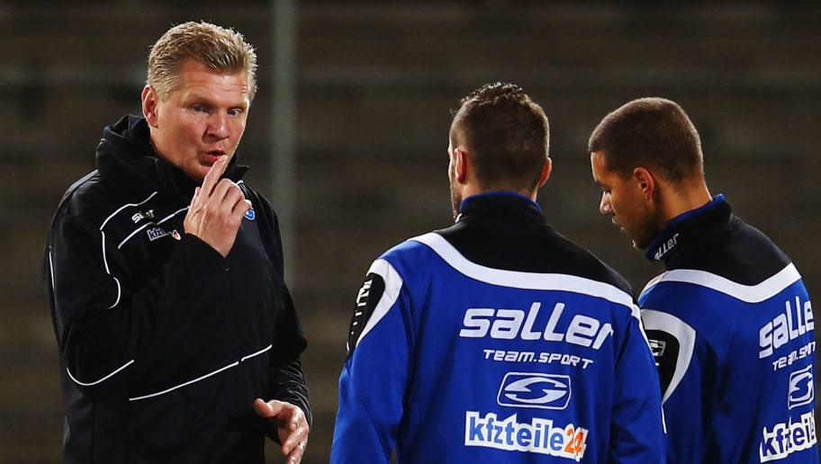 SANDHAUSEN, GERMANY - FEBRUARY 05:  Head coach Stefan Effenberg of Paderborn talks to players prior to the Second Bundesliga match between SV Sandhausen and SC Paderborn at Hardtwaldstadion on February 5, 2016 in Sandhausen, Germany.  (Photo by Alex Grimm/Bongarts/Getty Images)