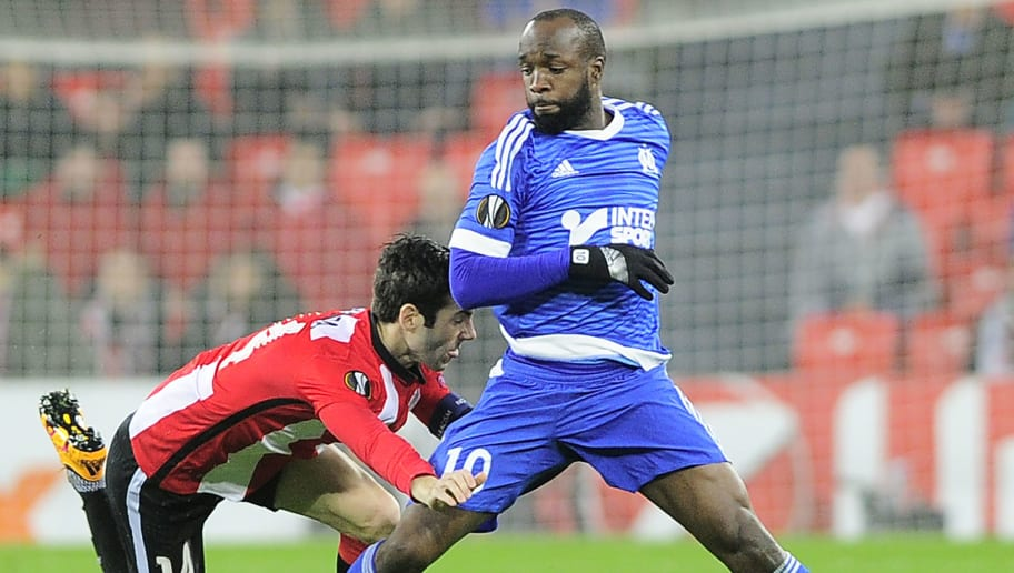 Athletic Bilbao's midfielder Markel Susaeta (L) vies with Olympique de Marseilles midfielder Lassana Diarra (R) during the UEFA Europa League Round of 32 second leg football match Athletic Club Bilbao vs Olympique de Marseille at the San Mames stadium in Bilbao on February 25, 2016.  / AFP / ANDER GILLENEA        (Photo credit should read ANDER GILLENEA/AFP/Getty Images)
