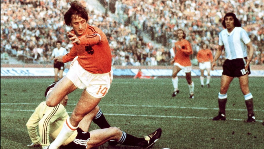 GELSENKIRCHEN, GERMANY - JUNE 26:  Dutch midfielder Johann Cruyff dribbles past Argentinian goalkeeper Daniel Carnevali on his way to scoring a goal during the World Cup quarterfinal soccer match between the Netherlands and Argentina 26 June 1974 in Gelsenkirchen. Cruyff scored two goals to help the Netherlands defeat Argentina 4-0.    AFP PHOTO  (Photo credit should read STF/AFP/Getty Images)
