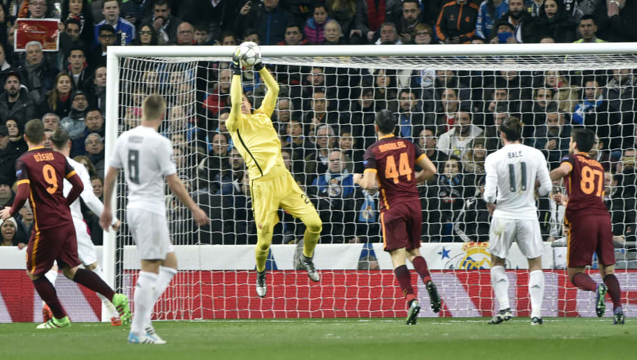 Roma's goalkeeper from Poland Wojciech Szczesny (3L) stops a ball during the UEFA Champions League round of 16, second leg football match Real Madrid FC vs AS Roma at the Santiago Bernabeu stadium in Madrid on March 8, 2016. / AFP / GERARD JULIEN        (Photo credit should read GERARD JULIEN/AFP/Getty Images)