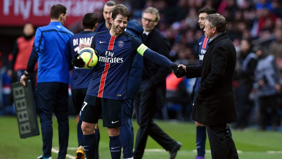 Paris Saint-Germain's Brazilian defender Maxwell (C) shakes hands with Montpellier's French head coach Frederic Hantz during the French L1 football match between Paris Saint-Germain (PSG) and Montpellier (MHSC) on March 5, 2016, at the Parc des Princes stadium in Paris. / AFP / FRANCK FIFE        (Photo credit should read FRANCK FIFE/AFP/Getty Images)
