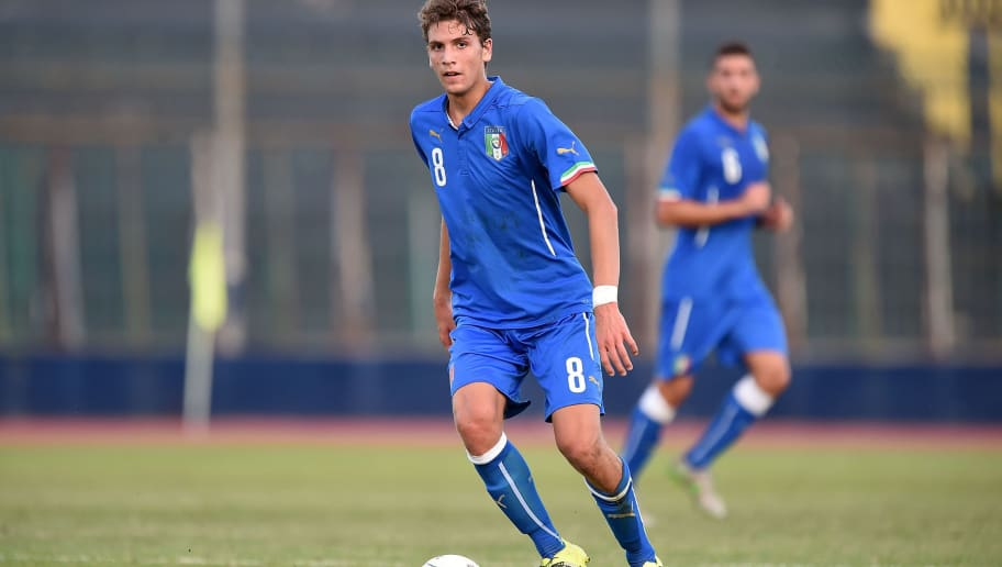 SALERNO, ITALY - SEPTEMBER 07:  Manuel Locatelli of Italy U19 in action during the international friendly match between Italy U19 and Republic of Ireland  U19 on September 7, 2015 in Cava dei Tirreni near Salerno, Italy.  (Photo by Francesco Pecoraro/Getty Images)