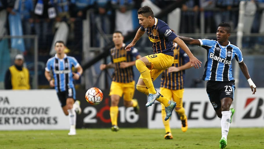 PORTO ALEGRE, BRAZIL - APRIL 27: Miler Bolanos of Gremio battles for the ball against Lo Celso of Rosario Central during the match Gremio v Rosario Central as part of Copa Bridgestone Libertadores 2016, at Arena do Gremio  on April 27, 2016 in Porto Alegre, Brazil. (Photo by Lucas Uebel/Getty Images)