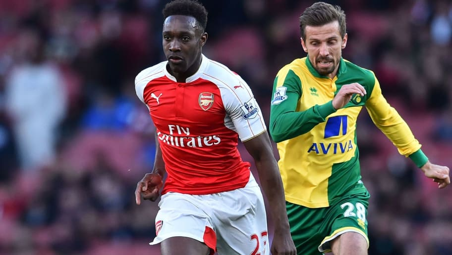 Arsenal's English striker Danny Welbeck (L) runs with the ball ahead of Norwich City's English midfielder Gary O'Neil (R) during the English Premier League football match between Arsenal and Norwich at the Emirates Stadium in London on April 30, 2016.  / AFP / BEN STANSALL / RESTRICTED TO EDITORIAL USE. No use with unauthorized audio, video, data, fixture lists, club/league logos or 'live' services. Online in-match use limited to 75 images, no video emulation. No use in betting, games or single club/league/player publications.  /         (Photo credit should read BEN STANSALL/AFP/Getty Images)