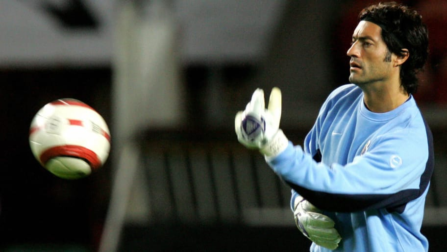 Paris, FRANCE:  Porto's goalkeaper Vitor Baia trains, 19 October 2004 at the Parc des Princes stadium in Paris, on the eve of their Champions League group H football match against Paris-Saint-Germain. AFP PHOTO FRANCK FIFE  (Photo credit should read FRANCK FIFE/AFP/Getty Images)