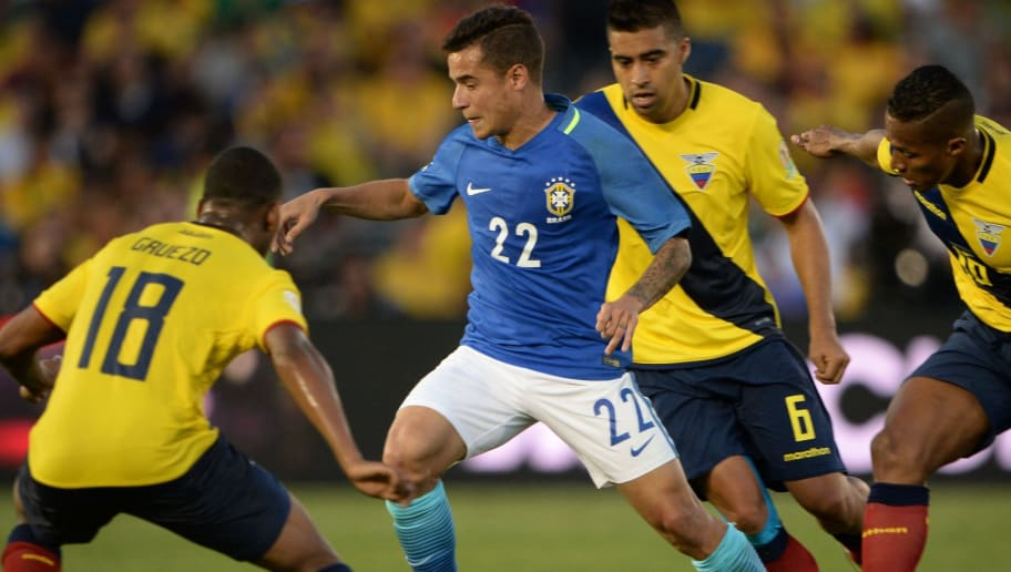 Brazil's Philippe Coutinho (#22) and Ecuador's Christian Noboa vie for the ball during their Copa America Centenario football tournament match, at the Rose Bowl stadium in Pasadena, California, United States, on June 4, 2016.  / AFP / Robyn Beck        (Photo credit should read ROBYN BECK/AFP/Getty Images)
