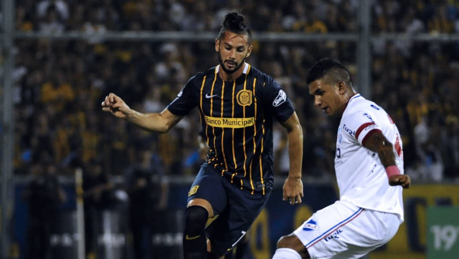 Marcelo Larrondo (L) of Argentinian Rosario Central vies for the ball with Diego Polenta of Uruguayan Nacional during a Copa Libertadores 2016 football match at the Gigante de Arroyito stadium in Rosario, Santa Fe, Argentina on February 25, 2016. AFP PHOTO / STR / AFP / STR        (Photo credit should read STR/AFP/Getty Images)