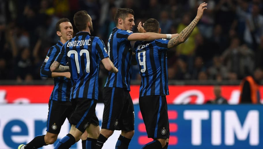 MILAN, ITALY - APRIL 16:  Mauro Icardi (R) of FC Internazionale Milano celebrates after scoring the opening goal with team mates during the Serie A match between FC Internazionale Milano and SSC Napoli at Stadio Giuseppe Meazza on April 16, 2016 in Milan, Italy.  (Photo by Valerio Pennicino/Getty Images)