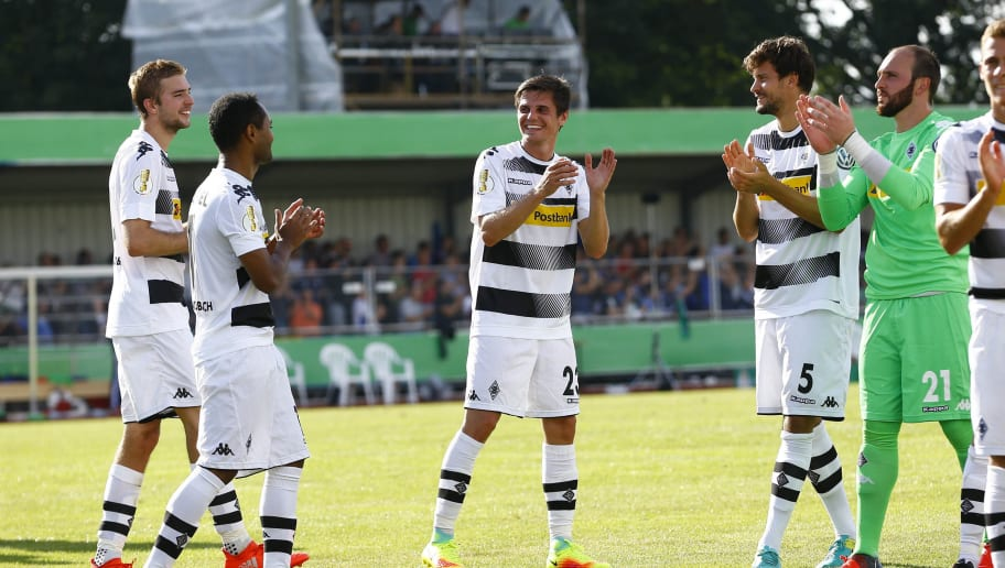 DROCHTERSEN, GERMANY - AUGUST 20: Christoph Kramer, Raffael, Jonas Hofmann, Tobias Strobl and Tobias Sippel of Moenchengladbach celebration after the DFB Cup match between SV Drochtersen/Assel and Borussia Moenchengladbach at Kehdinger Stadion on August 20, 2016 in Drochtersen, Germany.  (Photo by Joachim Sielski/Bongarts/Getty Images)