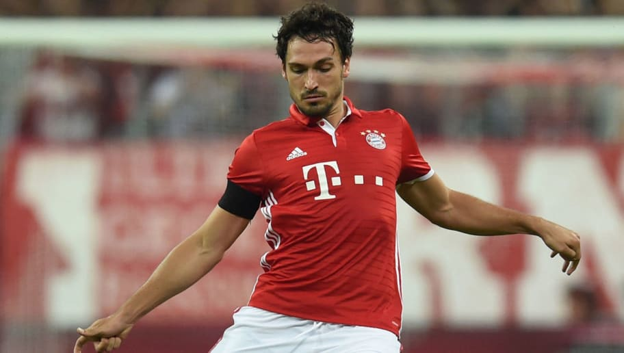 Bayern Munich's defender Mats Hummels plays the ball during the German first division Bundesliga football match between FC Bayern Munich vs SV Werder Bremen in Munich, southern Germany, on August 26, 2016.  / AFP / CHRISTOF STACHE / RESTRICTIONS: DURING MATCH TIME: DFL RULES TO LIMIT THE ONLINE USAGE TO 15 PICTURES PER MATCH AND FORBID IMAGE SEQUENCES TO SIMULATE VIDEO. == RESTRICTED TO EDITORIAL USE == FOR FURTHER QUERIES PLEASE CONTACT DFL DIRECTLY AT + 49 69 650050         (Photo credit should read CHRISTOF STACHE/AFP/Getty Images)