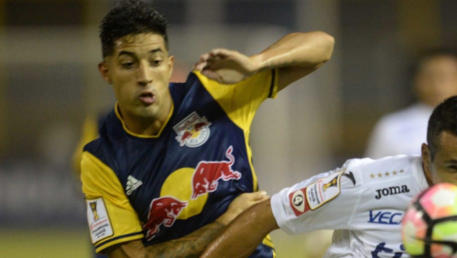 Elmer Abarca (R) of Salvadorean team Alianza F.C. fights for the ball with Gonzalo Veron (L) of New York Red Bulls during a CONCACAF Champions League football match at the Cuscatlan Stadium in San Salvador on August 16, 2016. / AFP / MARVIN RECINOS        (Photo credit should read MARVIN RECINOS/AFP/Getty Images)