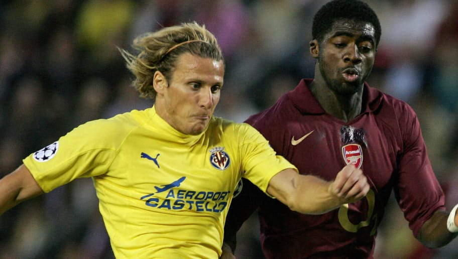 VILLARREAL, SPAIN:  Villarreal's Diego Forlan vies with Arsenal's Kolo Toure during their Champions League semi-final second leg football match at the Madrigal stadium in Villarreal, 25 April 2006. AFP PHOTO/CARL DE SOUZA  (Photo credit should read CARL DE SOUZA/AFP/Getty Images)