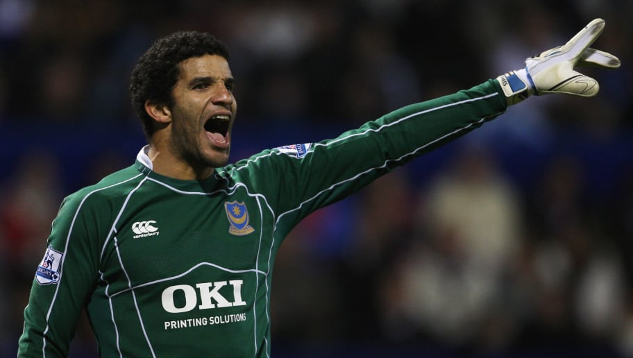 PORTSMOUTH, UNITED KINGDOM - DECEMBER 26: Portsmouth goalkeeper David James shouts instructions during the Barclays Premier League match between Portsmouth and Arsenal at Fratton Park on December 26, 2007 in Portsmouth, England.  (Photo by Phil Cole/Getty Images)