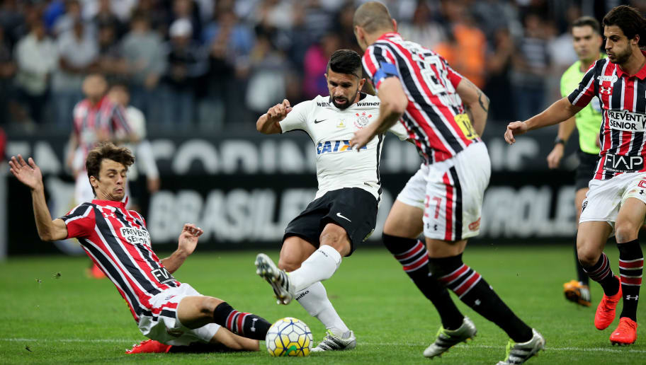 SAO PAULO, BRAZIL - JULY 17: Guilherme (C) of Corinthians fights for the ball with Rodrigo Caio (L) and Maicon (R) of Sao Paulo during the match between Corinthians and Sao Paulo for the Brazilian Series A 2016 at Arena Corinthians on July 17, 2016 in Sao Paulo, Brazil. (Photo by Friedemann Vogel/Getty Images)